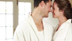 Attraktiva par som kramar med affektion lager videofilmer