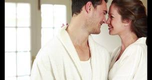 Attraktiva par som kramar med affektion arkivfilmer