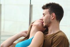 Attraktiva par som kysser med förälskelse Arkivfoto