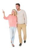 Attraktiva par som ler och går Arkivbild