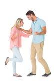 Attraktiva par som ler och hurrar Arkivfoto
