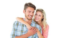 Attraktiva par som omfamnar och ler Royaltyfria Foton