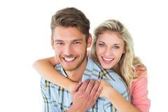 Attraktiva par som omfamnar och ler på kameran Arkivfoto