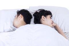 Attraktiva par som sover i säng Fotografering för Bildbyråer