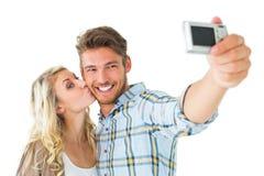 Attraktiva par som tillsammans tar en selfie Arkivfoton