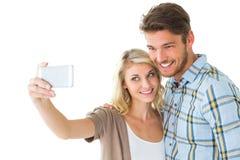 Attraktiva par som tillsammans tar en selfie Royaltyfria Foton