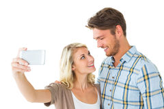 Attraktiva par som tillsammans tar en selfie Royaltyfri Fotografi