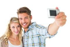 Attraktiva par som tillsammans tar en selfie Royaltyfria Bilder