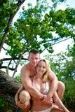 Attraktiva par som tycker om stranden Arkivfoton