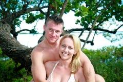 Attraktiva par som tycker om stranden Royaltyfria Bilder
