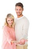 Attraktiva par som ut rymmer deras händer Arkivfoton