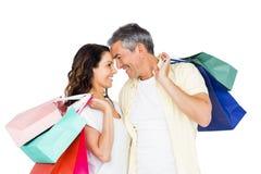 Attraktiva par vänder mot - - vänder mot hållande shoppingpåsar Fotografering för Bildbyråer
