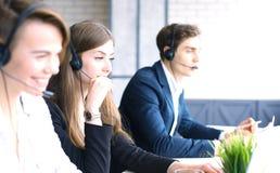 Attraktiva positiva unga businesspeople och kollegor i ett kontor för appellmitt royaltyfri bild