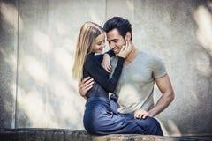 Attraktiva romantiska par, ung man och flickaanseende royaltyfria bilder