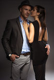 Attraktiva sexiga par på en romantisk natt ut arkivbilder