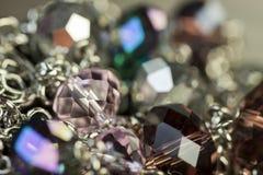 Attraktiva skinande lilapärlor på smycken Fotografering för Bildbyråer
