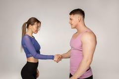 Attraktiva sportiga konditioninstruktörer i moderiktig sportswear arkivbilder