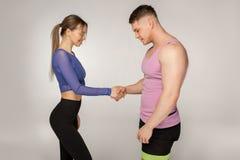 Attraktiva sportiga konditioninstruktörer i moderiktig sportswear royaltyfri fotografi
