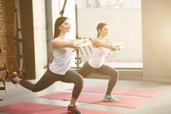 Attraktiva sportiga kvinnor gör övning royaltyfria bilder