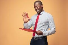 Attraktiva stående anmärkningar för Afro--amerikan affärsmanhandstil arkivbilder