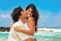 attraktiva strandpar Royaltyfria Bilder