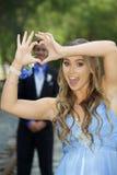 Attraktiva tonårs- studentbalpar som bildar handhjärta Royaltyfria Bilder