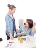 Attraktiva två kvinnliga kollegor gör ett avbrott royaltyfri bild