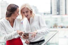 Attraktiva unga kvinnliga kollegor gör gyckel arkivfoton