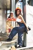Attraktiva unga kvinnor på konstruktionsplats Royaltyfri Bild