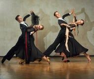 Attraktiva unga par av barn som dansar balsaldans Arkivfoto
