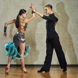 Attraktiva unga par av barn som dansar balsaldans Royaltyfri Fotografi
