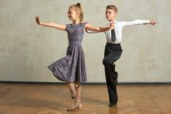 Attraktiva unga par av barn som dansar balsaldans Arkivbilder