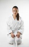 Attraktiva unga sexiga kvinnor i en karate poserar Royaltyfri Foto
