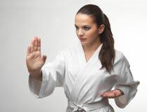 Attraktiva unga sexiga kvinnor i en karate poserar Arkivfoton