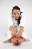 Attraktiva unga sexiga kvinnor i en karate poserar Arkivfoto