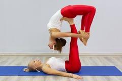 Attraktiva unga sportflickor gör yoga tillsammans grupputbildning sund livsstil för begrepp royaltyfria bilder