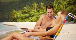 Attraktiva vita millennial par som kopplar av på stranden royaltyfria foton
