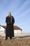 Attraktive ältere Frau auf dem Strand Lizenzfreies Stockbild