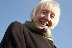 Attraktive ältere Frau auf dem Strand Lizenzfreie Stockfotografie