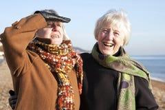 Attraktive ältere Frau auf dem Strand Lizenzfreies Stockfoto