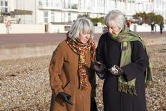 Attraktive ältere Frau auf dem Strand Stockfoto