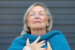 Attraktive ältere Frau, die den Moment genießt Lizenzfreie Stockfotos