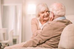 Attraktive ältere Frau, die nah an ihrem Partner sitzt stockfoto