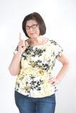 Attraktive ältere Frau droht mit einem Finger Lizenzfreies Stockfoto