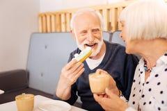 Attraktive ältere Paare, die das Mittagessen essen lizenzfreie stockbilder