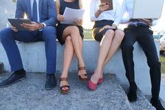 Attraktive überzeugte Leute, zwei Jungen und zwei Mädchen, entrepreneu Stockbild