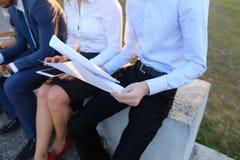 Attraktive überzeugte Leute, zwei Jungen und zwei Mädchen, entrepreneu Lizenzfreies Stockbild