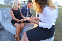 Attraktive überzeugte Leute, zwei Jungen und zwei Mädchen, entrepreneu Lizenzfreie Stockfotos