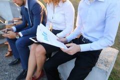 Attraktive überzeugte Leute, zwei Jungen und zwei Mädchen, entrepreneu Stockfoto