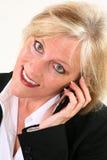Attraktive 40 etwas Frau mit Mobiltelefon Stockfotografie